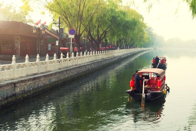 Beijinのshichahai地区のqianhai湖の北京運河にある伝統的な観光船