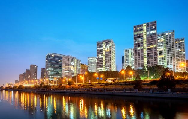 Tonghui 강에 베이징, 중국 중앙 비즈니스 지구 도시의 스카이 라인.