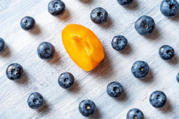 別の概念であること。穀物に逆行するか、上流に移動します。最小限。健康食品のコンセプトです。夏の果物。ブルーベリーとアプリコットのパターンがフラットに横たわっていた。コピースペース。クリエイティブなレイアウト。等尺性