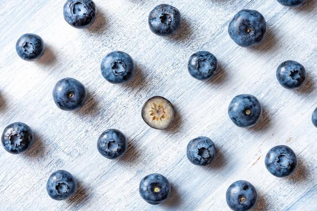 別の概念であること。穀物に逆行するか、上流に移動します。最小限。健康食品のコンセプトです。夏の果物。ブルーベリーパターンフラットが横たわっていた。コピースペース。クリエイティブなレイアウト。等尺性