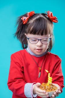 매우 관심이 있습니다. 머리 꼬리에 두 개의 빨간 리본이 달린 관심있는 아이