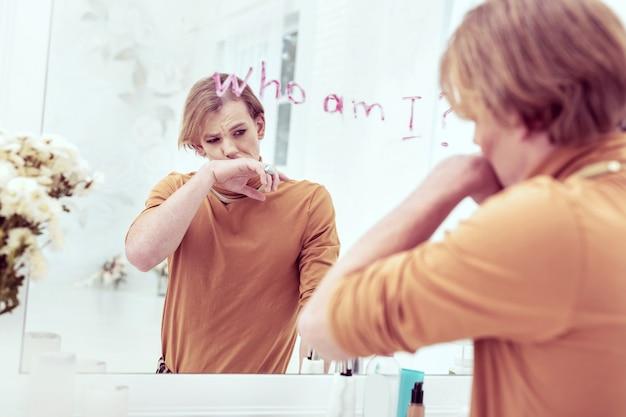 せっかちなこと。彼の人生の重要な質問を彼の鏡に口紅で書くことを動揺させる