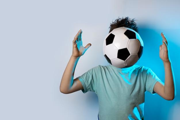 青色の背景に頭の代わりにサッカーボールでいること