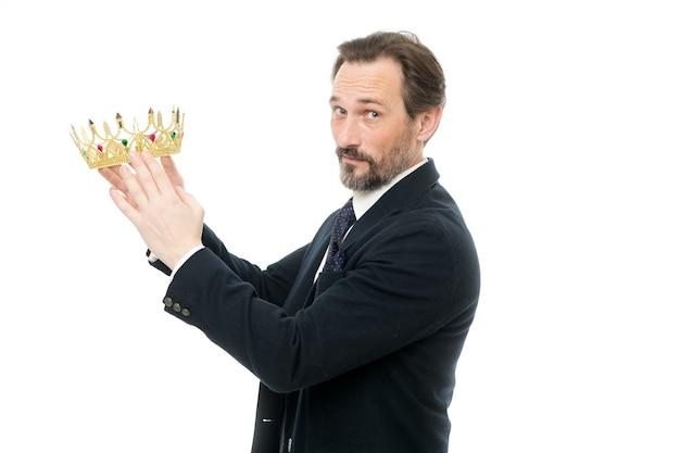 성공하기. 왕관을 들고 성숙한 사업가입니다. 비즈니스 왕. 사업의 성공. 승리와 성공을 달성합니다. 권력과 승리를 대표하는 시니어 남자. 스타일의 왕. 왕에게 적합합니다.