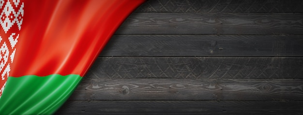 검은 나무 벽에 벨로루시 플래그