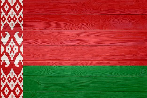 Флаг белоруссии нарисован на фоне старой деревянной доски