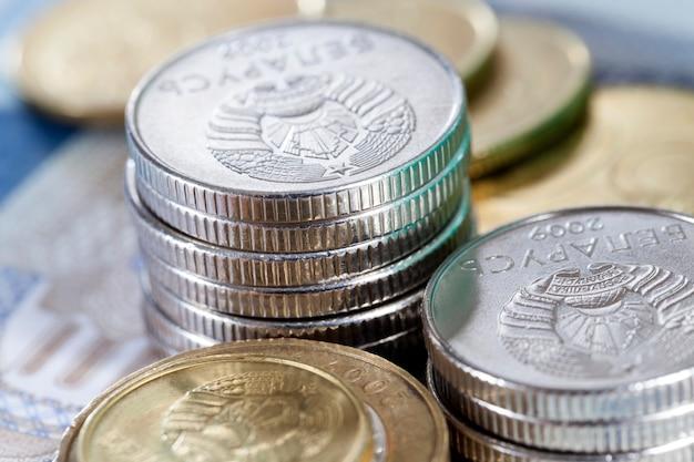 Белорусские монеты разного достоинства, цвета и материала, лежащие друг на друге, крупным планом