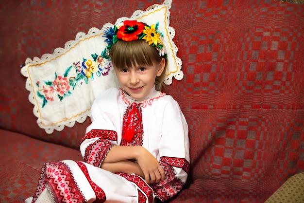 Белорусская маленькая девочка в национальной одежде в полотенцах