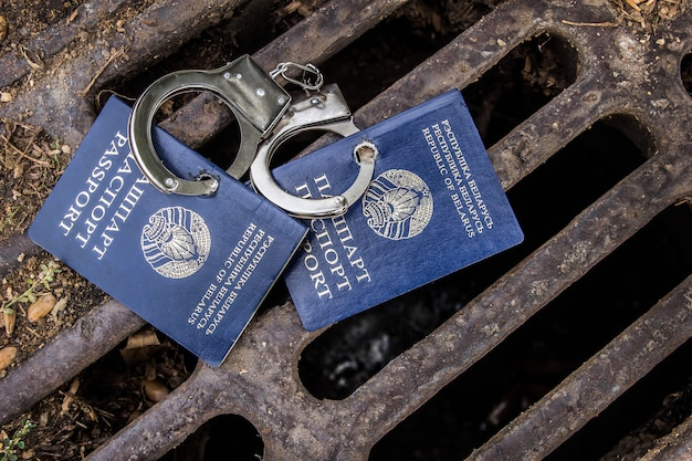手錠をかけたベラルーシのパスポート