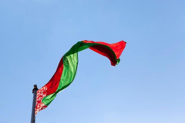Белорусский государственный флаг на голубом небе