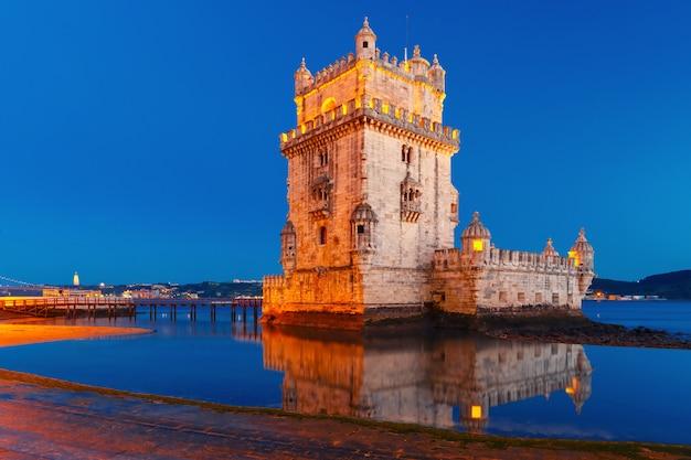 夜、ポルトガルのリスボンのベレンの塔