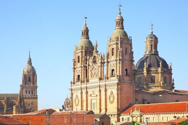 스페인 살라망카의 새 대성당과 클레레시아 교회의 종탑