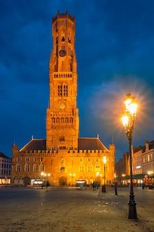 夕暮れの夕暮れのブルージュベルギーの鐘楼と洞窟マルクト広場