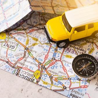 装飾車とコンパスとベルギーの地図