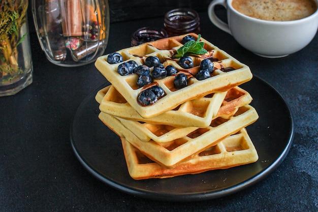Бельгийские или американские вафли вкусное сладкое блюдо, десерт