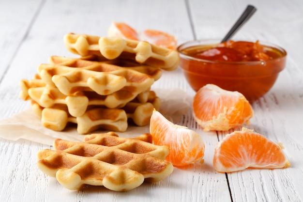 Бельгийские вафли с ягодами и мороженым в тарелке