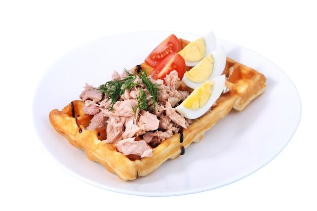 ハム、ゆで卵、トマトスライス、ディル、白い背景の上の孤立した画像とベルギーワッフル。