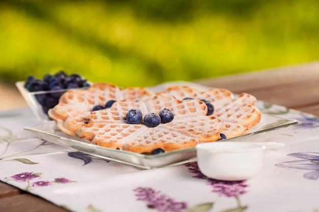 I waffle belgi hanno un sapore migliore con i mirtilli
