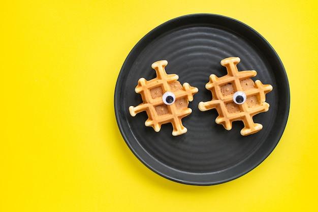 Бельгийские вафли с забавными глазками, завтрак