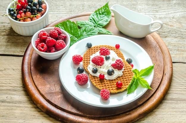 Бельгийские вафли со взбитыми сливками и свежими ягодами