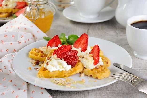 땅콩과 꿀로 맛을 낸 생크림 딸기를 곁들인 벨기에 와플