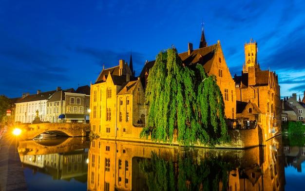 ベルギー、ブルージュ、川の水路、夜景のある古代ヨーロッパの町。