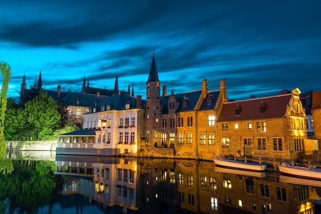 ベルギー、ブルージュ、川に石造りの建物がある古代ヨーロッパの町。