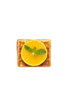 흰색 격리된 배경에 오렌지와 민트를 곁들인 벨기에 와플