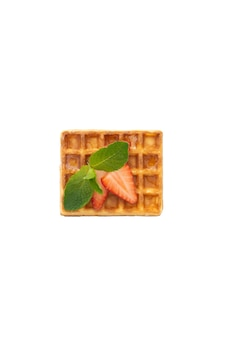 흰색 격리된 배경에 딸기와 민트를 곁들인 벨기에 와플