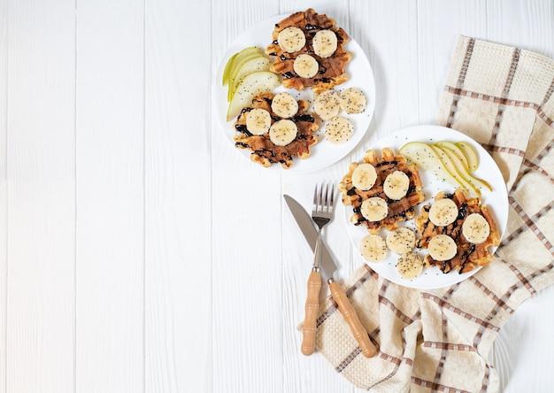 ベルギーワッフル、チョコレート、バナナ、洋ナシ、チアシードの朝食