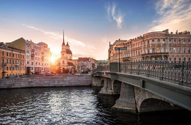 Белинский мост, храм симеона и анны ранним солнечным утром у реки фонтанки в санкт-петербурге