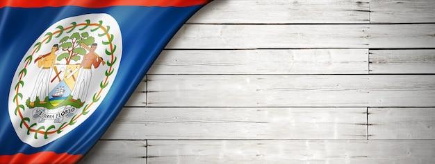 古い白い壁にベリーズの国旗。水平方向のパノラマバナー。