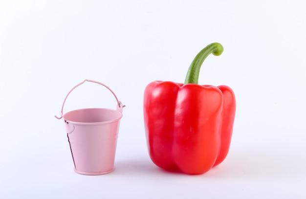 Болгарский перец и мини ведро на белом