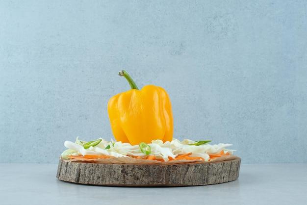 ピーマンと刻んだ野菜を木片に。