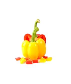 피망은 capsicum annuum 종의 품종 그룹이며, 식물의 품종은 그림에서 다른 색상의 과일을 생산하며 흰색 표면에 아름다운 슬라이스 빨간색과 노란색 피망을 보여줍니다