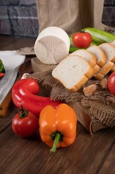 Сладкий перец с хлебом и сыром
