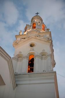 Колокольня церкви, иглесия-дель-саграрио, кафедральный собор кито, площадь независимости, исторический центр, кито, эквадор
