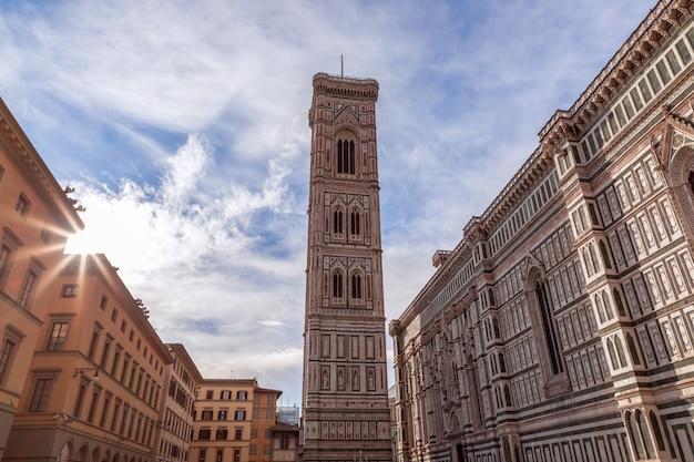 피렌체 대성당의 종탑. 석양 이탈리아의 광선에 cattedrale di santa maria del fiore