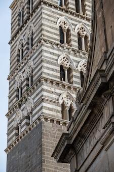 이탈리아 라치오(lazio) 교황의 고대 도시인 비테르보(viterbo) 구시가지에 있는 대성당의 종탑