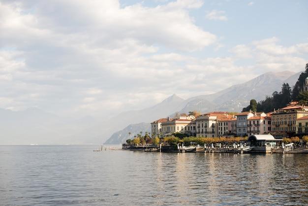 Белладжио скайлайн италия. озеро комо. утро.