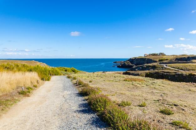Пейзаж пляж скалы скалы берега в belle ile en mer в точке жеребят в морбиан