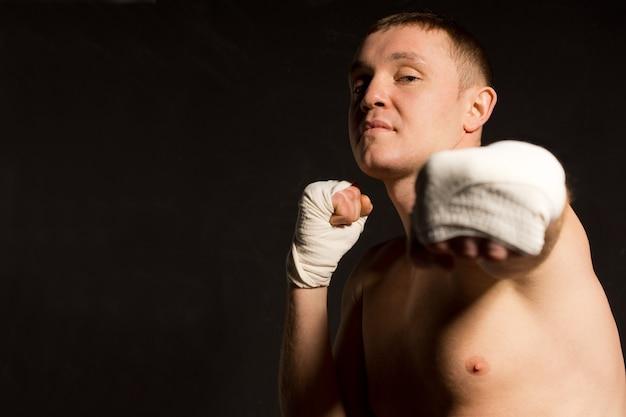 펀치를 던지고 호전적인 젊은 권투 선수