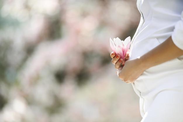 임신 한 여자와 꽃의 배