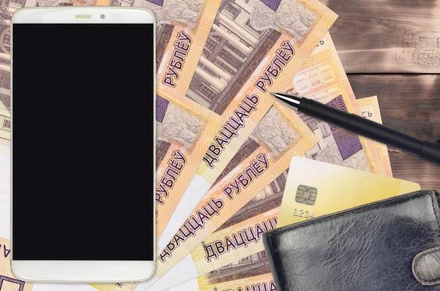 ベラルーシのルーブル紙幣と財布とクレジットカード付きのスマートフォン