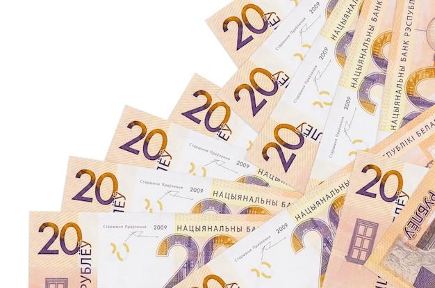 Купюры белорусских рублей лежат в разном порядке, изолированные на белом фоне