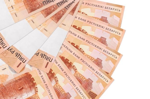 Белорусские рубли законопроектов лежит, изолированные на белом фоне
