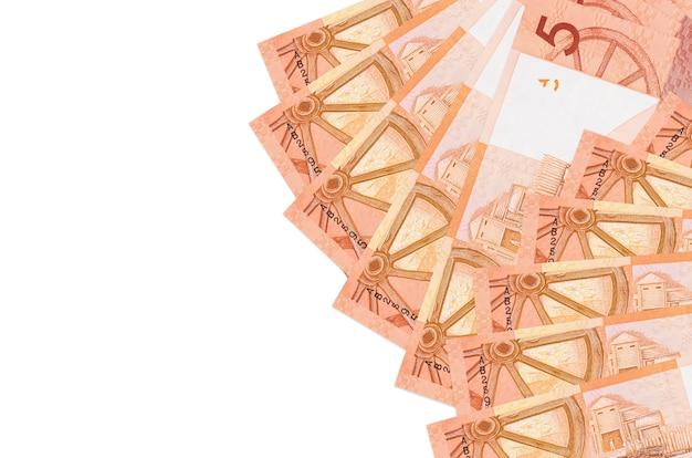 Белорусские рубли купюры лежат, изолированные на белом фоне