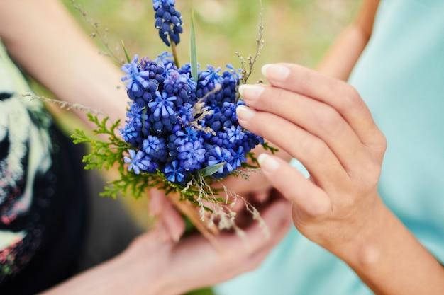 푸른 꽃의 꽃다발을 들고 사랑하는 커플. 사랑의 선물.