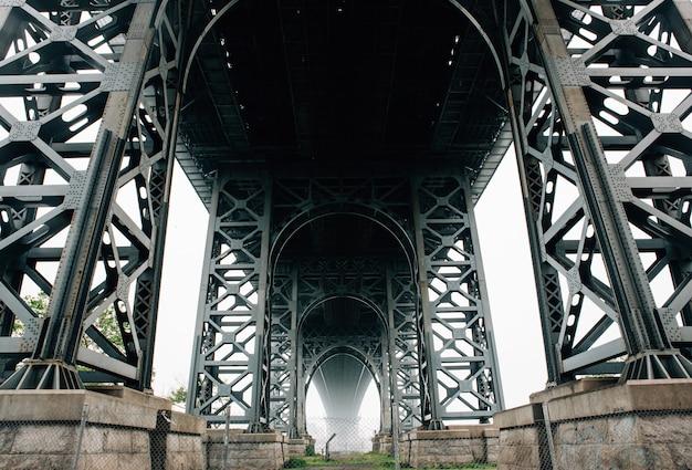 ニューヨークのブルックリン橋の下の写真