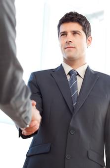 Ниже взгляда серьезного предпринимателя, заключившего сделку с партнером